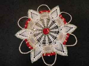 doily, crochet,flower-filled baskets; ecru baskets, red flowers; pineapple stitch,